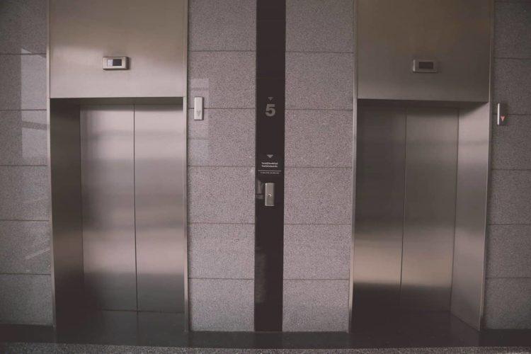 dos ascensores en los que algunas personas sufren claustrofobia